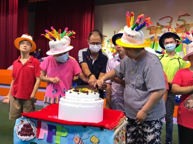 郭秘書與8月壽星一起切蛋糕