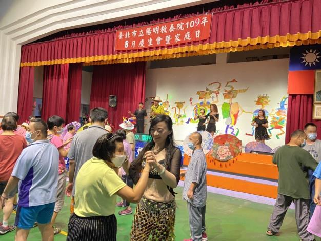 中華北極星愛心關懷演藝協會成員與服務對象一起跳舞