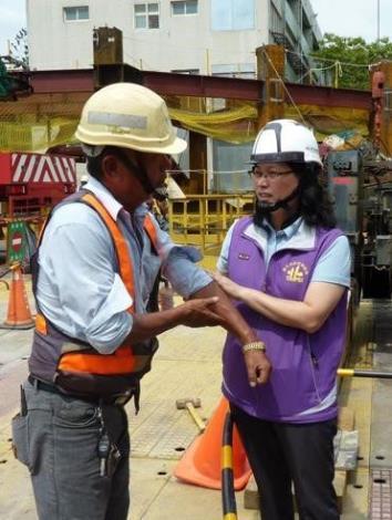 賴局長親至工地現場關懷勞工戶外高氣溫作業安全。[開啟新連結]