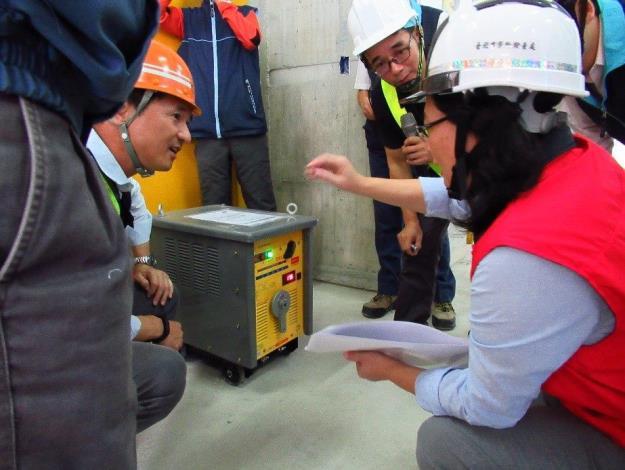09賴局長參觀國內首家驗證合格自動電擊防止裝置之交流電焊機[開啟新連結]
