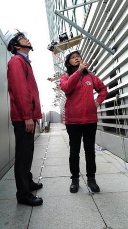 臺北市政府勞動局賴香伶局長檢視現場101燈光煙火秀搭設作業情形