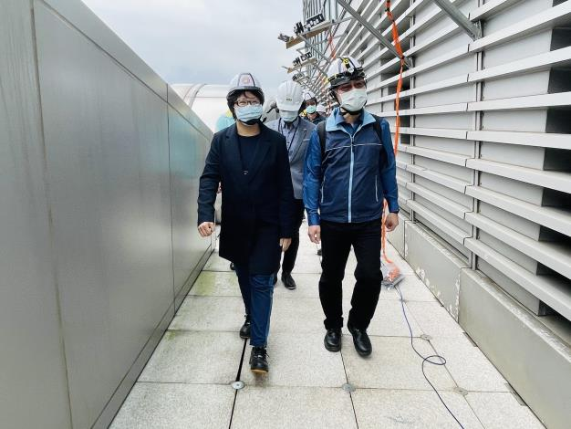 圖說一:北市勞動局長陳信瑜(左)與勞檢處長江明志(右)28日上午前往臺北101,針對煙火秀實施勞動檢查。