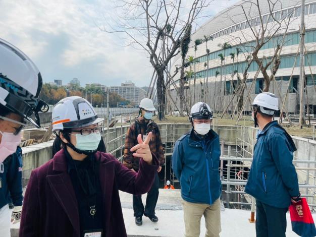 圖說一:北市勞動局長陳信瑜(左)18日突擊檢查臺北大巨蛋,發現未落實工安,違反《職業安全