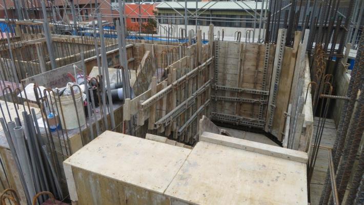 圖說八:北市勞動局勞檢處18日檢查臺北大巨蛋發現,樓梯間開口未設置護欄、護蓋或安全網等防