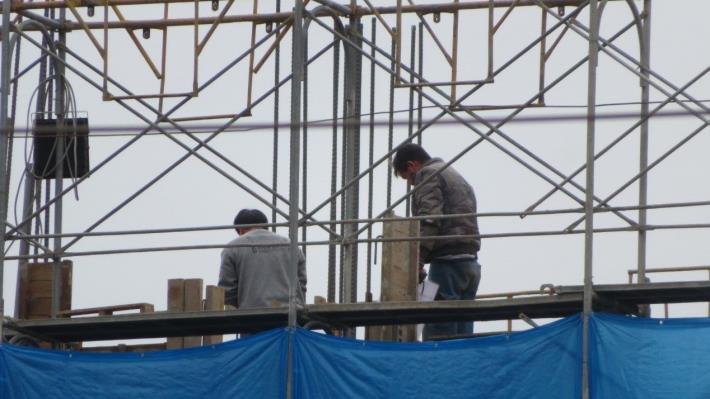 圖說七:北市勞動局勞檢處18日檢查臺北大巨蛋發現,作業中的勞工未正確戴用安全帽,違反《職