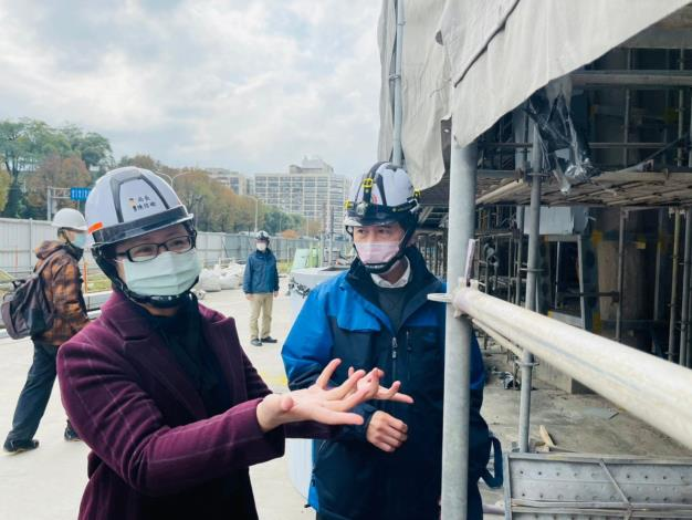 圖說四:北市勞動局長陳信瑜(左)18日突擊檢查臺北大巨蛋,針對各工程設備的安全多加叮嚀,