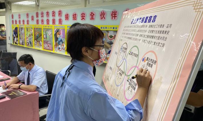 臺北市政府勞動局陳信瑜局長簽署結盟宣言。