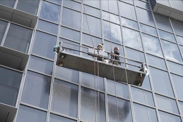 圖說一:藝人吳鳳與吊籠操作人員一起介紹吊籠安全防護。