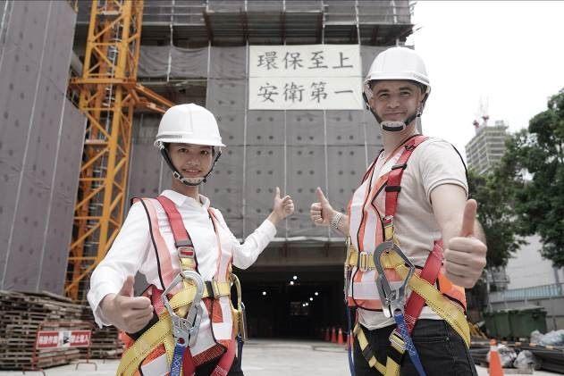 圖說二:藝人吳鳳(右)與其他演員一起宣導工地安全-高處作業預防墜落。
