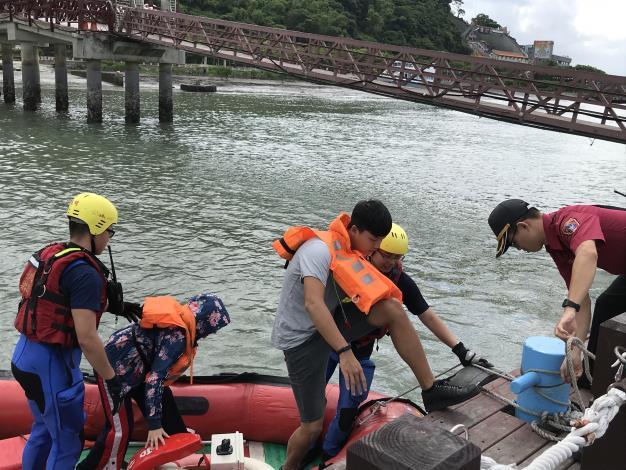 快艇協助疏散船上遊客[開啟新連結]