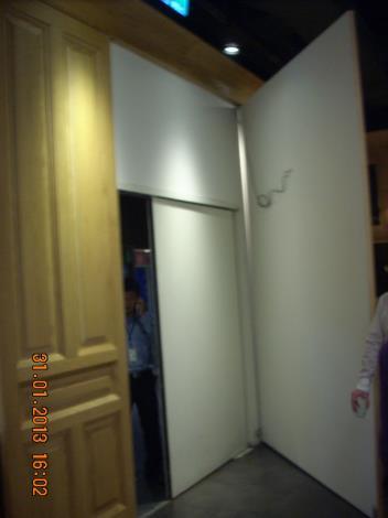 「ATT信義店」6樓餐廳防火門前以木門阻擋[開啟新連結]