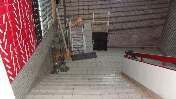 「家樂福天母館」安全梯堆積雜物[開啟新連結]