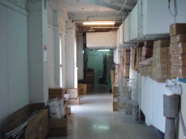 誠品116-5樓通往安全梯走廊堆積雜物-2[開啟新連結]