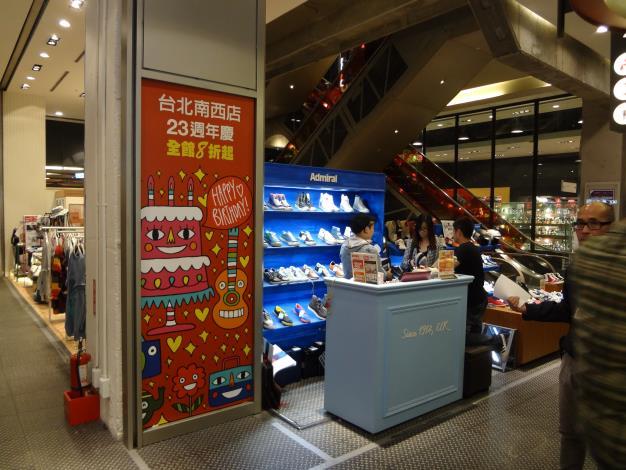 新光南京三館2至7樓中央電扶梯旁防火鐵捲門下方設櫃-1[開啟新連結]