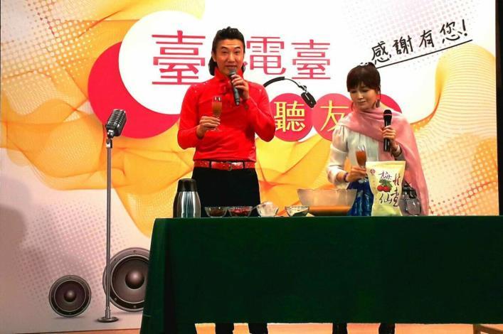 陳鴻(左)與蔡秋鳳調製飲品