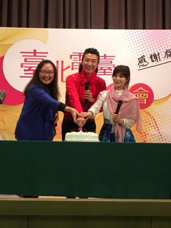 陳鴻(中)與蔡秋鳳(右)、臺北電臺臺長陳慈銘祝福節目收聽長紅