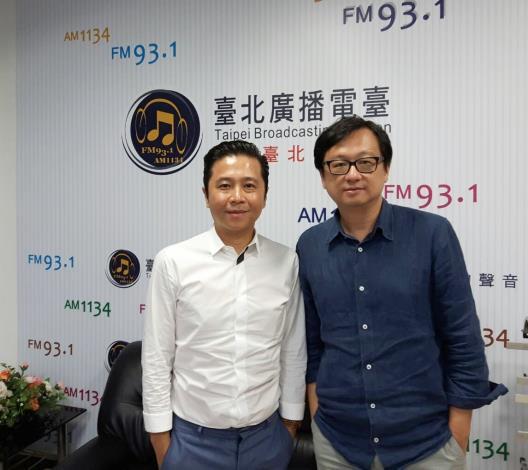 胡朝聖(左)與「公民總主筆」節目主持人張鐵志(右)