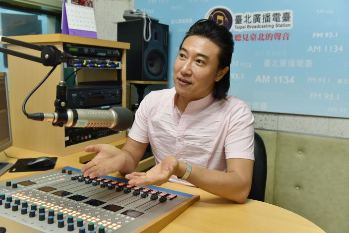 阿鴻將在臺北電臺推出全新節目「阿鴻回來了,給您健康上菜啦!」[開啟新連結]