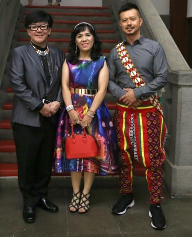 排灣小蔡(左)、阿美姞荷(中)及Vali阿昌(右)為臺北電臺敲響金鐘