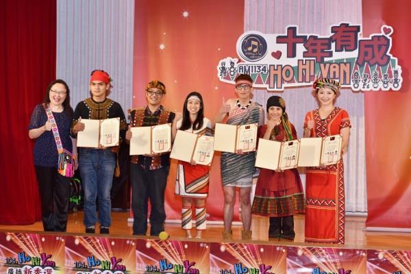 六位晉級者獲得陳慈銘臺長頒贈的精美入圍證書,格外感動並受到激勵。