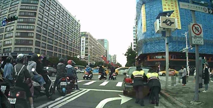 汽車拋錨卡路中影響車流 熱警助車脫困交通順暢