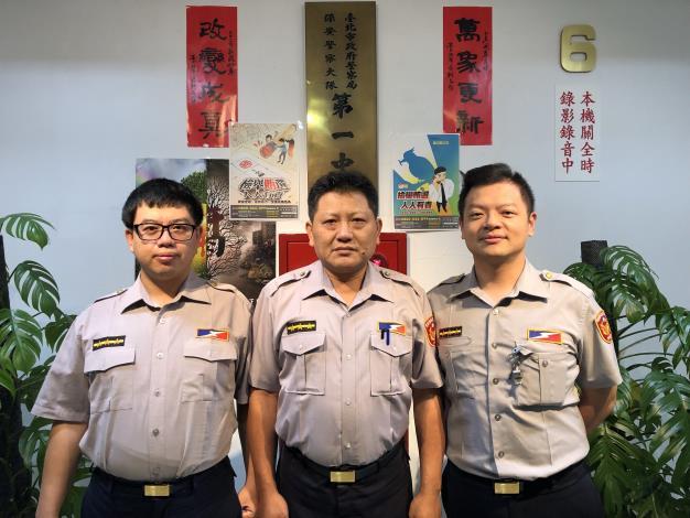 熱心協助處置拋錨車員警(左:柯俊宇,中:趙瑩昌,右:張耿維)[另開新視窗]