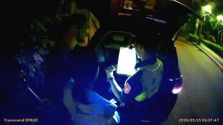 員警以英文向兩人說明法律規定及拒測法律效果