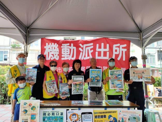 市民、介壽里蔡錦文里長(右3)與本大隊員警互動合影 (JPG)