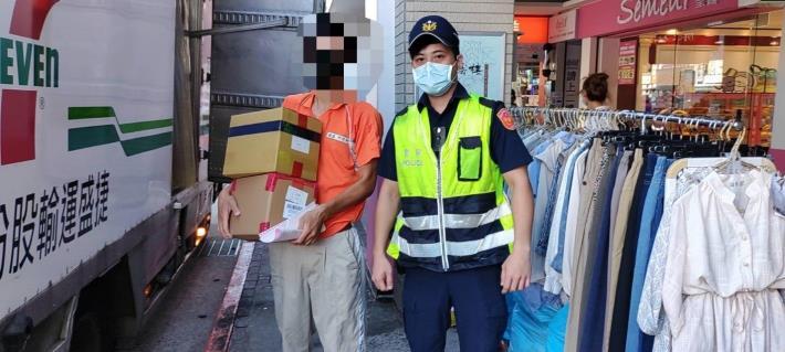 照片3-保安警察大隊警員魏鴻凱協助實體五倍券運送至各大超商門市。(jpg)
