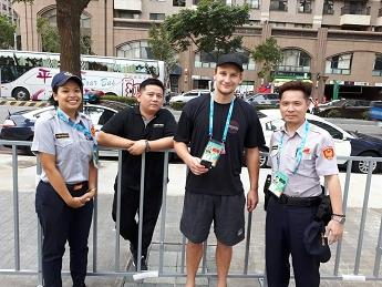 澳洲水球選手與員警及熱心司機合照留念(001).jpg
