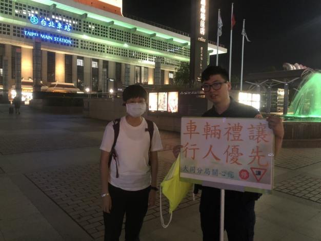 警員於台北車站周遭向返鄉民眾交通安全宣導