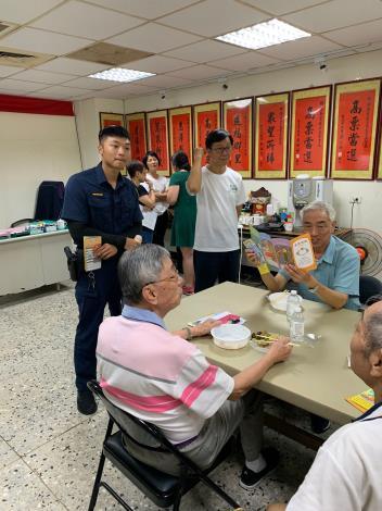 玉泉里里辦公處辦理老人共餐活動,警員宣導交通安全情形