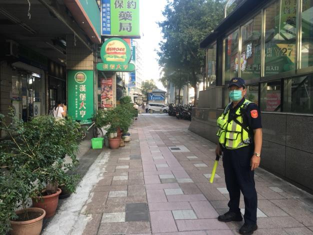 警員執行取締機車行駛人行道情形