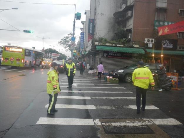 中山分局員警加強周邊道路疏導,維持交通順暢。[開啟新連結]