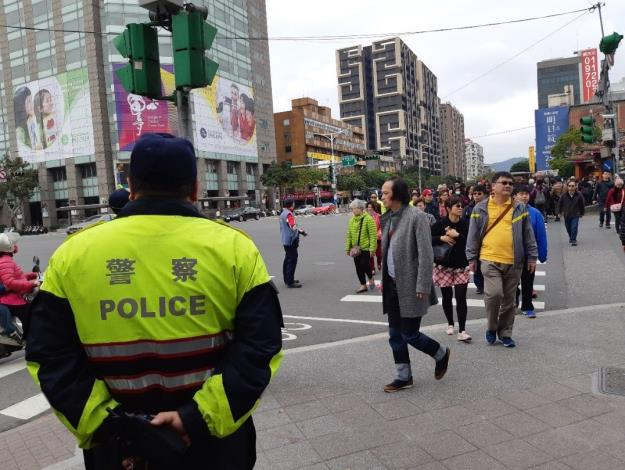 警方及義交加強疏導,維持交通順暢。[開啟新連結]