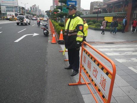 中山分局員警於周邊管制交通。[開啟新連結]