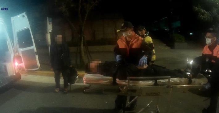 員警立即通知救護車前來將男子送往三軍總醫院診治[開啟新連結]