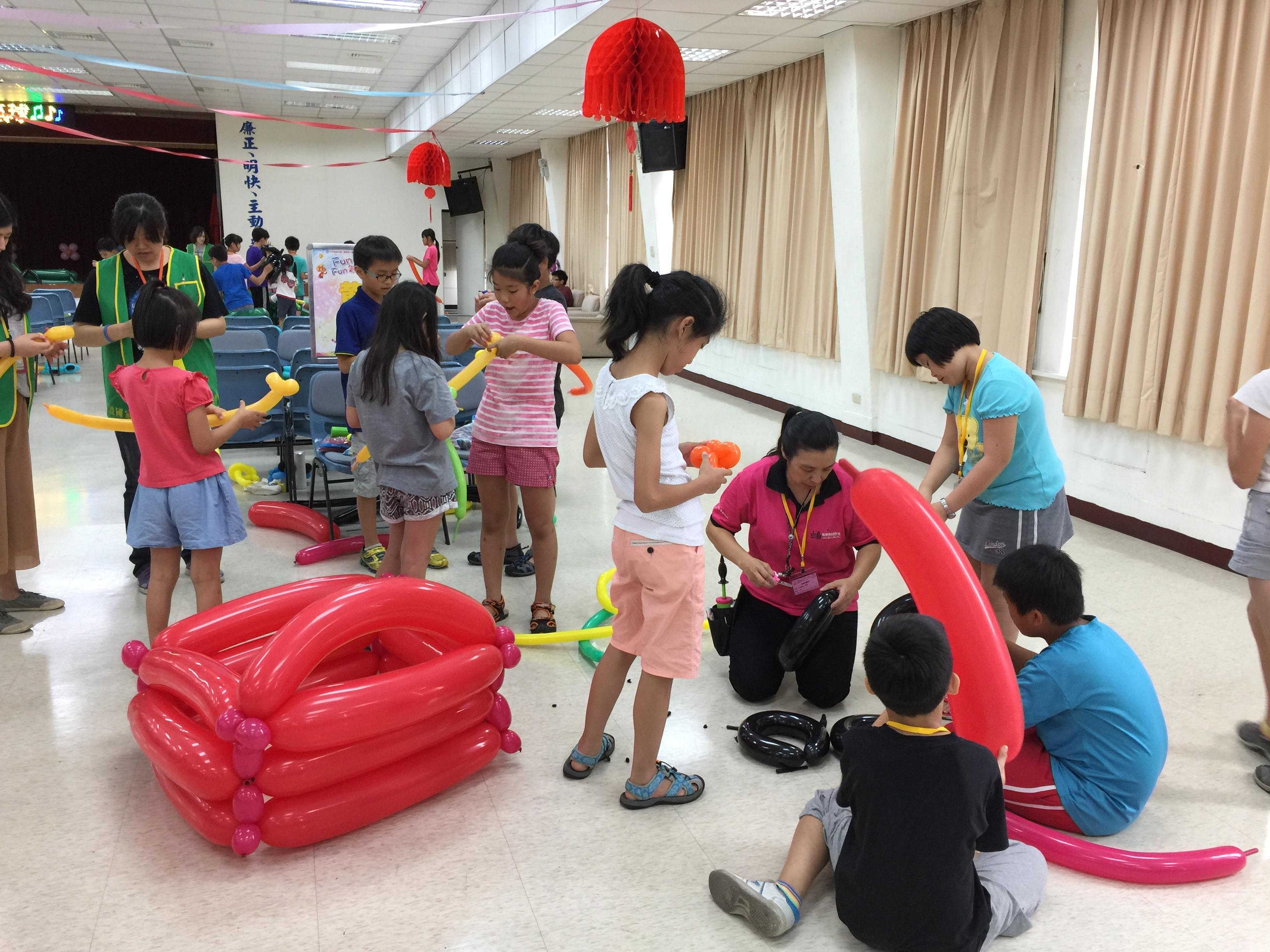 106Fun租稅Fun氣球活動照片17黃隊分組創作大型氣球汽車