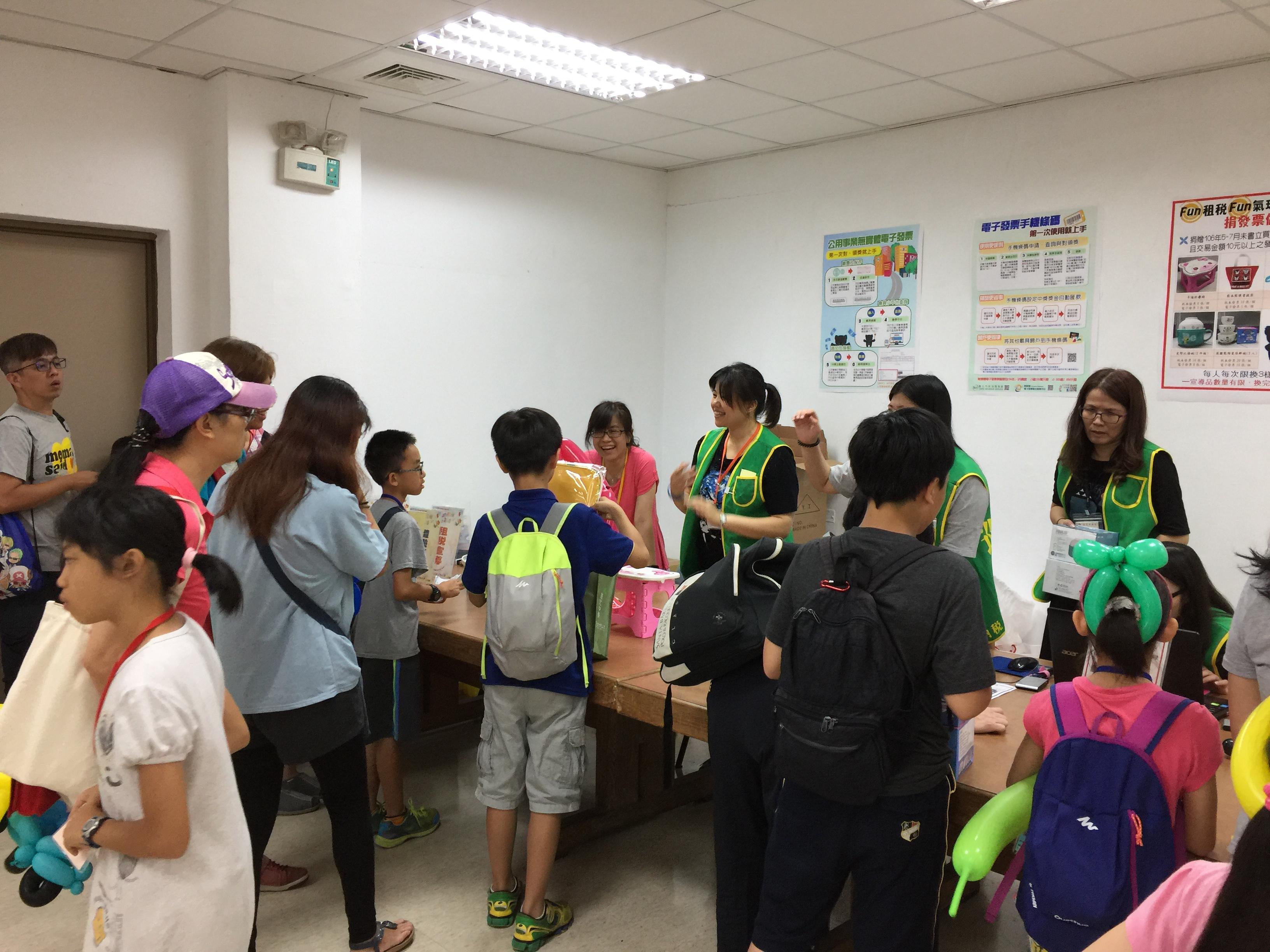106Fun租稅Fun氣球活動照片41捐發票做公益活動