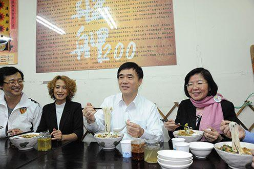 City mayor tasted different food from different country