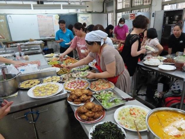 Ngày bế giảng chuẩn bị các món ăn quê hương chia sẻ cùng với mọi người