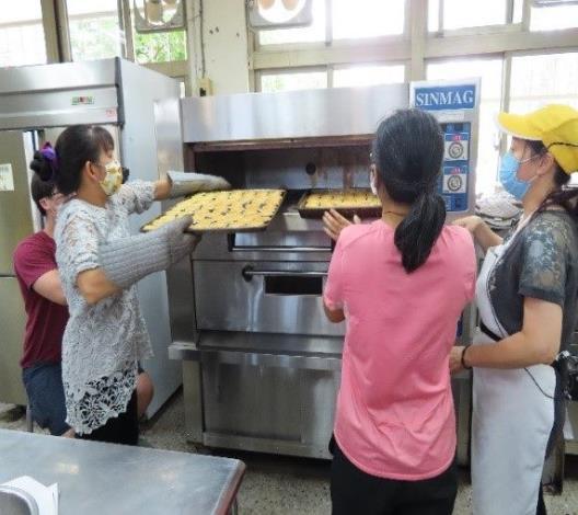 Para peserta merasa gembira telah menyelesaikan pembuatan kue dengan cita rasa tempo dulu