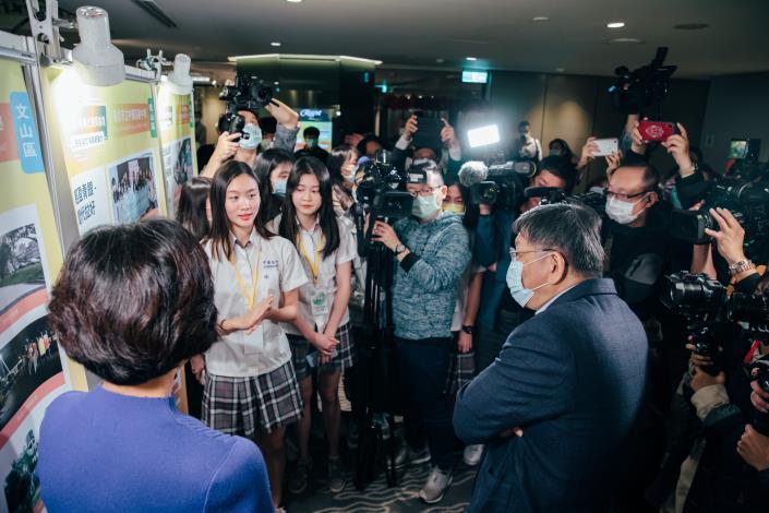 市長觀看學生提案海報