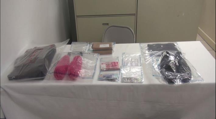 查扣周嫌犯案用手提袋、服飾、假名片等物品.JPG[開啟新連結]