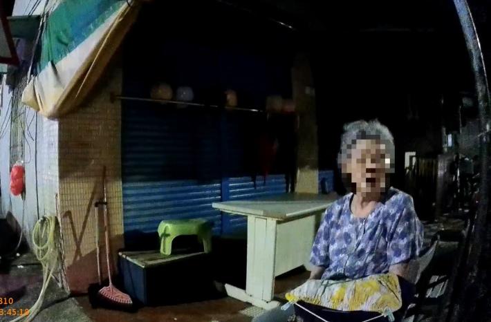圖說1:迷途老婦人蹲坐於巷口