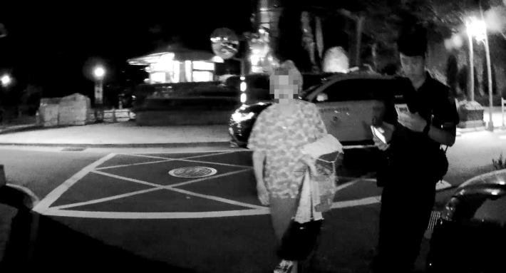 圖說2:員警護送迷途老婦人返家
