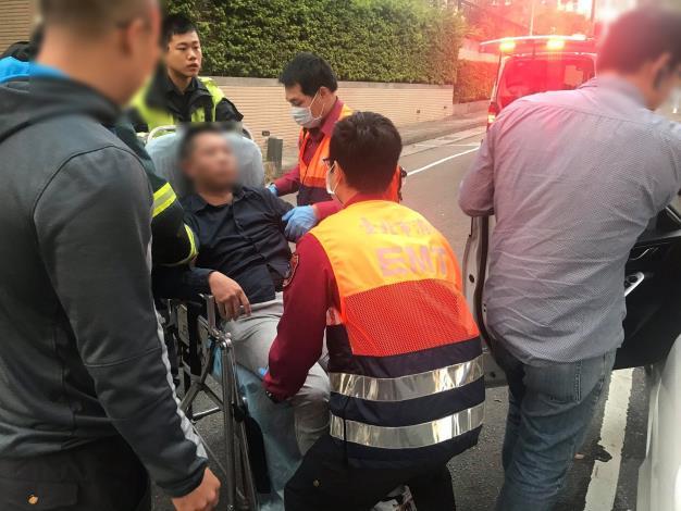 圖說2:員警協助將男子送醫治療