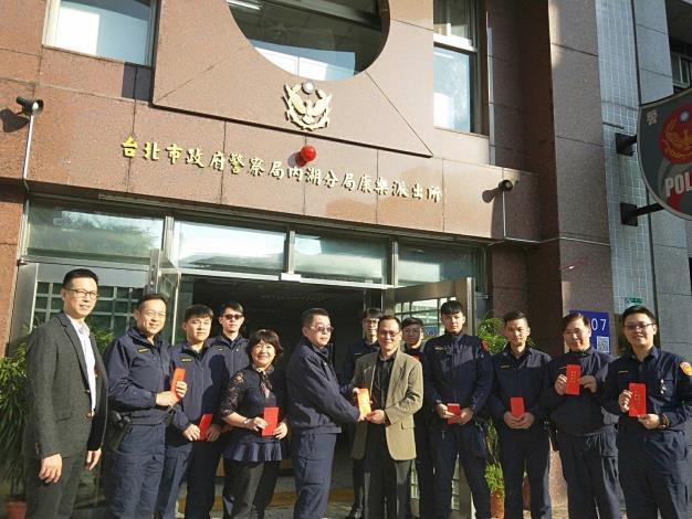 圖說3:內湖分局李分局長至各單位發送春節慰問紅包