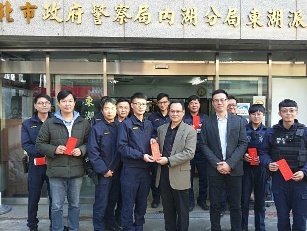 圖說2:內湖分局李分局長至各單位發送春節慰問紅包