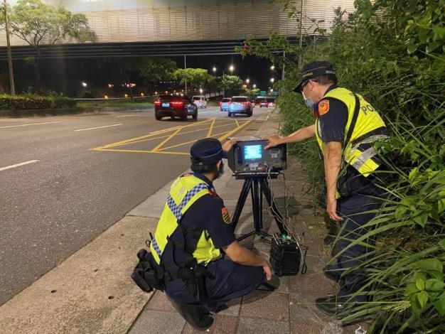 圖說1:本分局同仁於堤頂大道運用移動式測速照相機進行交通執法